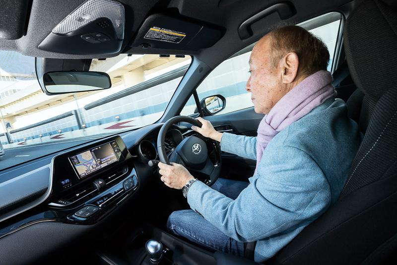 運転席はヒップポイントの高さやAピラーのレイアウト、ドアミラーの配置などの工夫で見晴らしのよい前方視界を実現