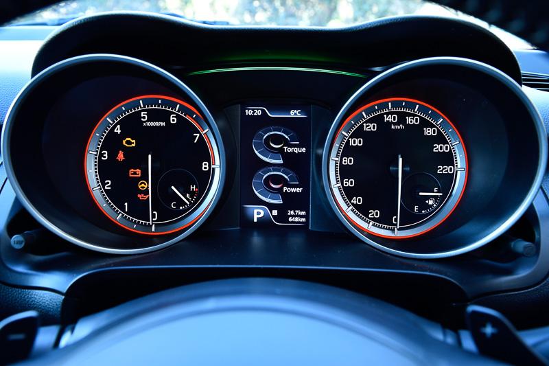 「パワー/トルク表示」はエンジン回転ごとの発生パワー&トルクをリアルタイム表示。メーター上部にある「ステータスインフォメーションランプ」は、通常ではブルー、燃費がよい状態ではグリーン、回生発電時にはホワイトに光る