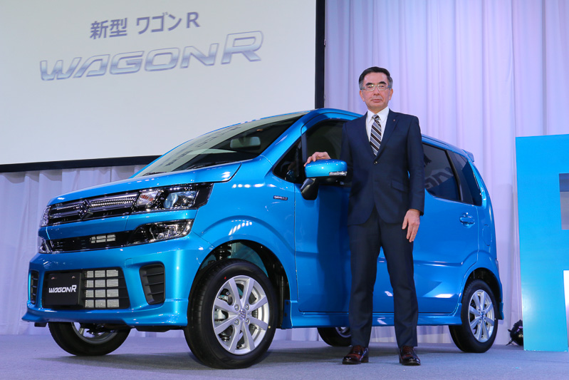 新型「ワゴンR」発表会でフォトセッションに立つスズキ株式会社 代表取締役社長(CEO兼COO)鈴木俊宏氏