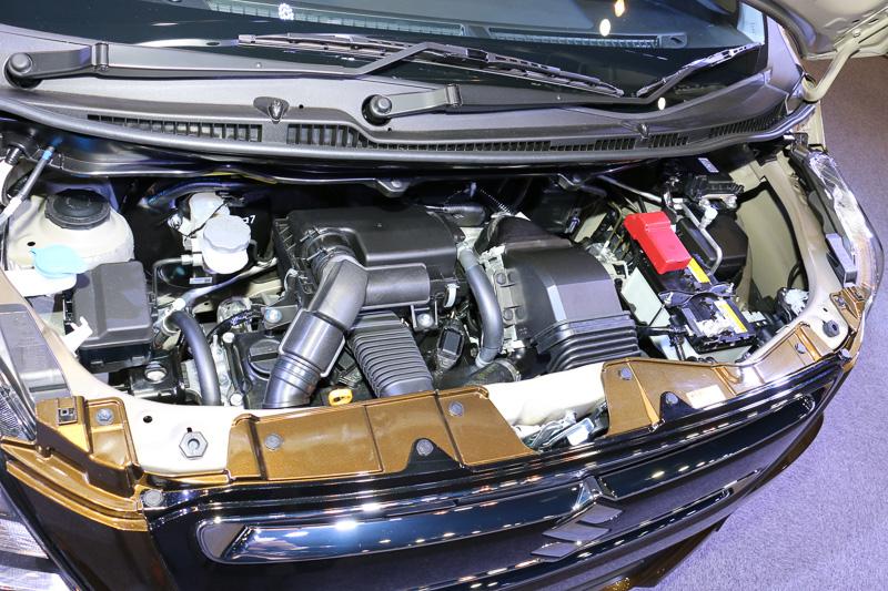 スティングレー HYBRID Tのエンジンルーム。マイルドハイブリッドの仕組みはHYBRID FXと同じだが、エンジンがターボ化されて最高出力47kW(64PS)/6000rpm、最大トルク98Nm(10.0kgm)/3000rpmとなる