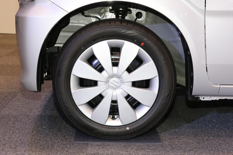 FA(写真)とHYBRID FXはスチールホイール+フルホイールキャップを採用。タイヤサイズは155/65 R14