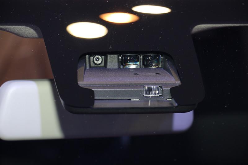 フロントウィンドウに設置されたDSBSの単眼カメラ+レーザーレーダー。上段左が単眼カメラ、上段右側の2つがレーザーレーダー受光部、下段がレーザーレーダー発光部