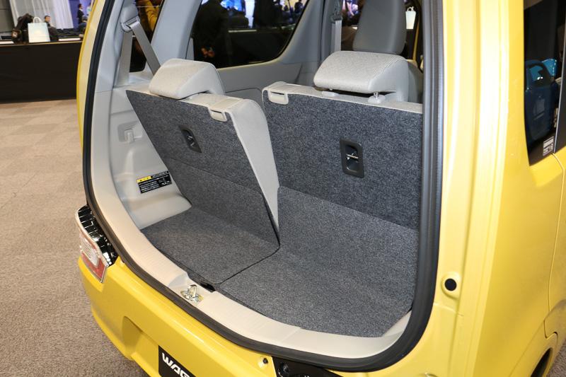 後席シートバックは6段階のノッチを使ってリクライニング可能