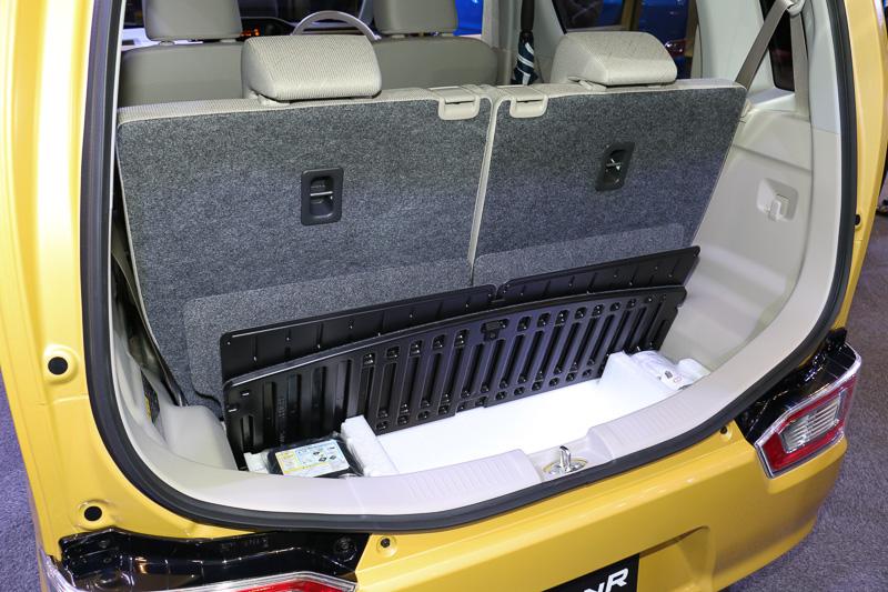 ラゲッジスペースのフロア下にラゲッジアンダーボックスを用意。フロアボードは縦置き収納が可能となっており、開放することでベビーカーなどを縦積みできるようになる