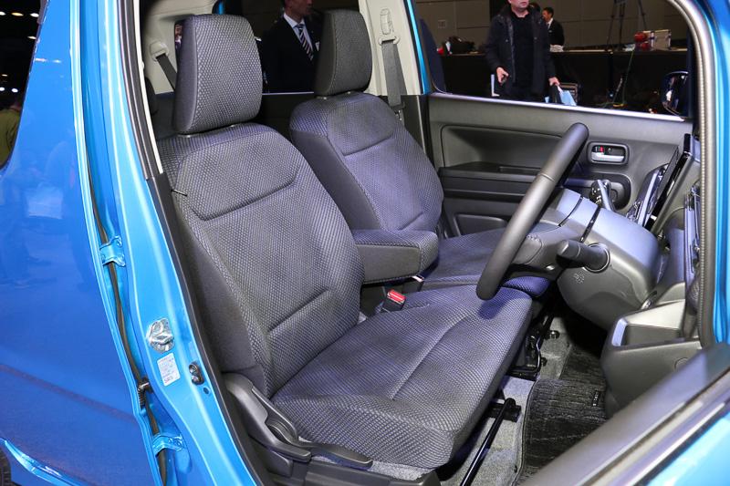 HYBRID FZのインテリア。運転席シートリフターが標準装備となる