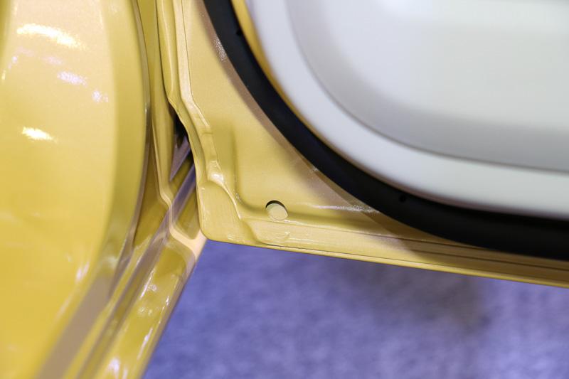 アンブレラホルダーの底部分に排水用のスリットを設け、傘の水分をドアトリム内部に導き、ドアウィンドウなどからドアトリム内部に入った雨水などと一緒にドア下側の排水溝から車外に放出する