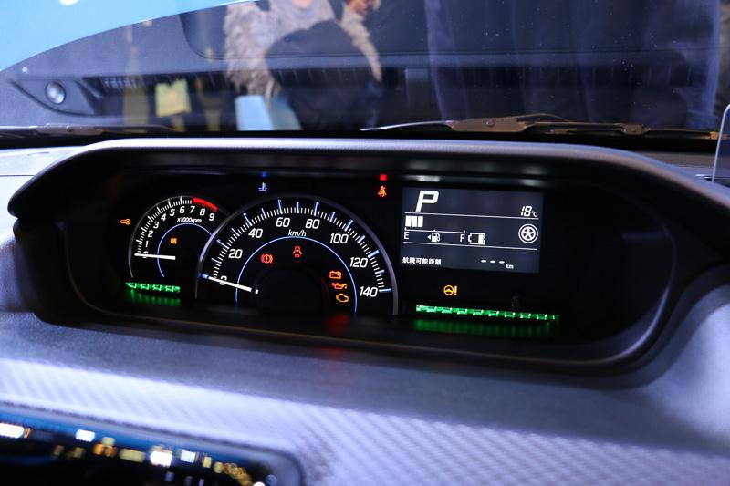 センターメーターは中央に大きくスピードメーターを設定し、右側にマルチインフォメーションディスプレイをレイアウト