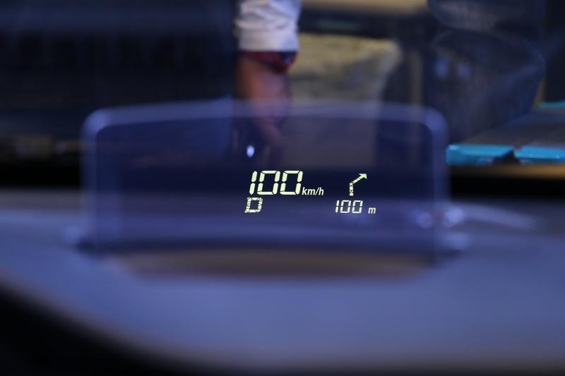 ヘッドアップディスプレイには車速やシフトポジションのほか、オプション装備のカーナビのターンバイターン表示、DSBSの警告アイコンなどを表示できる