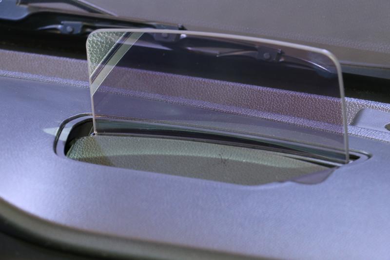 運転席右前方のスイッチ類。上段左側がヘッドアップディスプレイ関連で左側の上下で角度調整、HUDのボタンで格納&展開を操作する