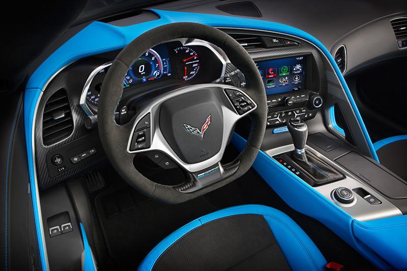 フロントフェンダーのフェンダーハッシュマークやインテリアのトリム類などに鮮やかなテンションブルーを採用。センターコンソールにはシリアルナンバーが入ったバッヂを装着する
