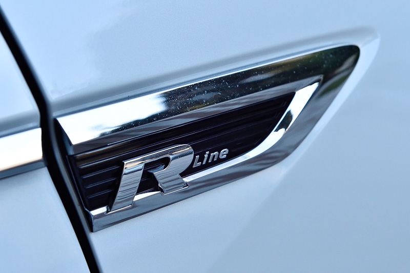 外装のフロントグリルやフロントフェンダーなどにR-Lineのバッヂを装着
