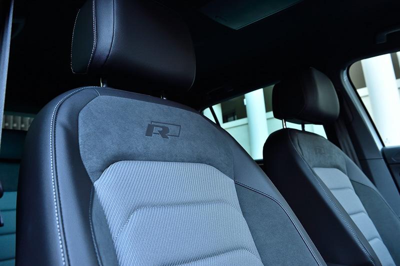 専用表皮を使うシートやステアリングの下側スポークなどにR-Lineのバッヂを装着。ステアリングは全車レザー仕様
