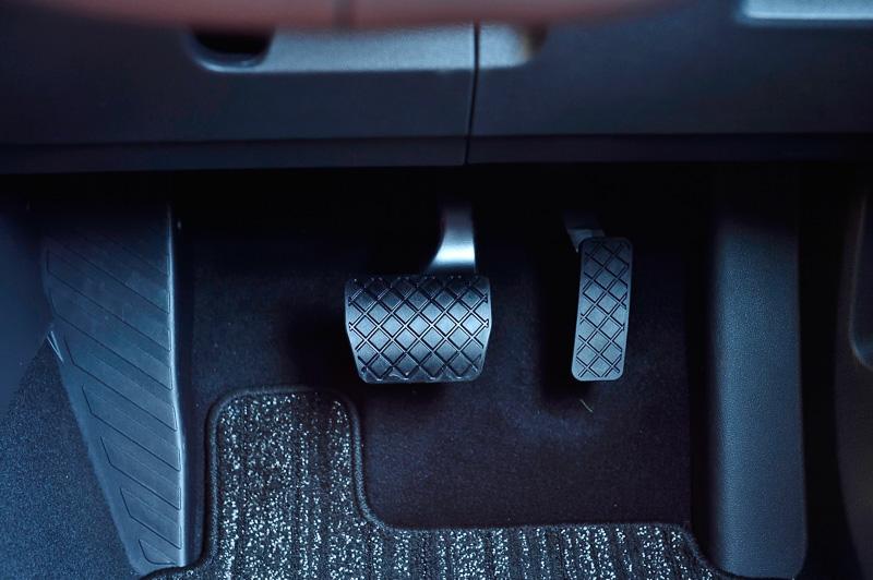 パーキングブレーキはオートホールド機能を備える「エレクトリックパーキングブレーキ」を全車で採用。運転席足下はアクセルとブレーキの2ペダルとなる