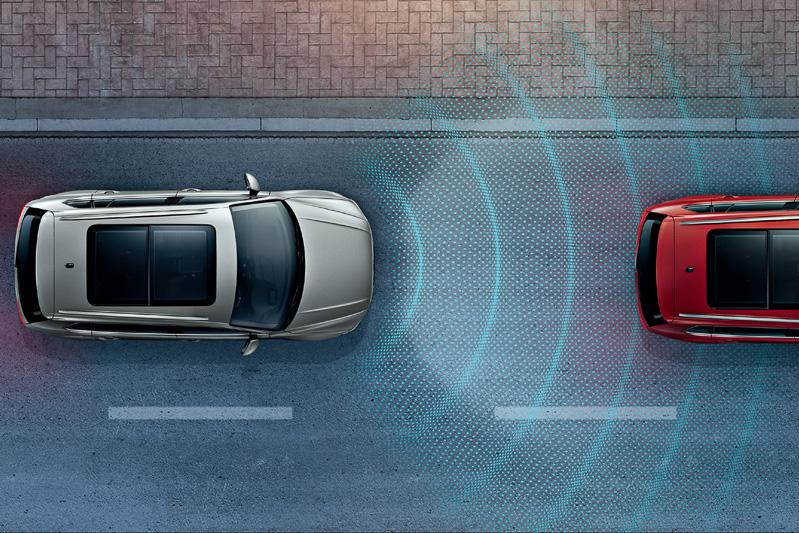 フロントグリルのブランドロゴ内に設置されたレーダーセンサーで歩行者や先行車を検知して危険の回避、被害軽減などを行なう「プリクラッシュブレーキシステム」を全車標準装備。レーダーセンサーは約120mまでの範囲を測定可能