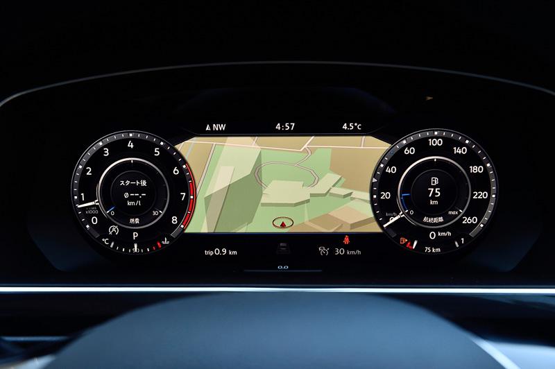 2016年6月に発売された「パサート GTE」に続いて導入されたデジタルメーター「アクティブインフォディスプレイ」。12.3インチ(1440×540ピクセル)のTFT液晶ディスプレイにカーナビの地図やドライバーアシスタンス機能など各種情報を表示できる