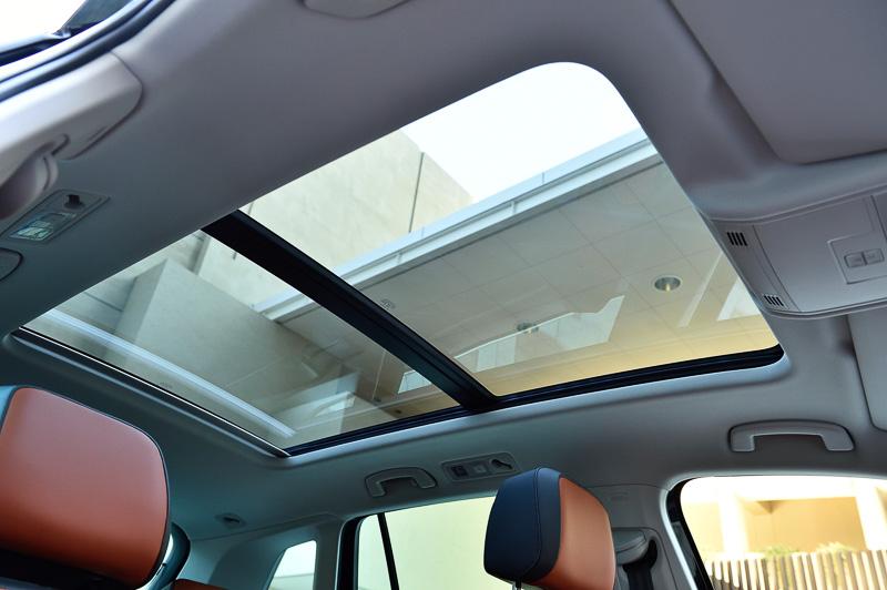 後席頭上のさらに後方まで開く電動パノラマスライディングルーフはTSI ハイライン専用のオプション装備