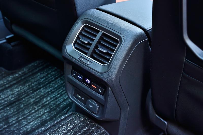 後席でも温度調整できる「3ゾーンフルオートエアコンディショナー」は全車標準装備。運転席と助手席、後席左右を温めるシートヒーターはTSI ハイラインとR-Lineで標準装備する