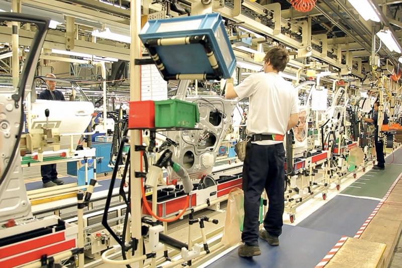 2006年10月には米国 TMMKケンタッキー工場(左)、2010年6月には英国 TMUKバーナストン工場(中央)など、トヨタの海外工場でもハイブリッドカーの生産を開始。2014年2月には米国 TMMIインディアナ工場で「ハイランダーハイブリッド」(右)の生産を開始するなど、販売地に合わせてハイブリッドカーのラインアップが拡充されている