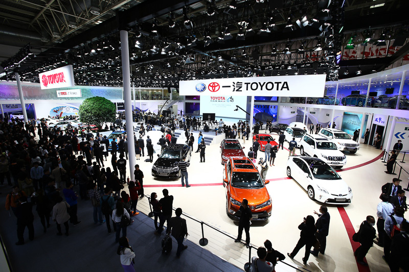 2014年4月の北京モーターショーでは「カローラハイブリッド」(中央)や「レビンハイブリッド」(右)などを出展。現在では約90以上の国と地域でハイブリッドカーを販売している