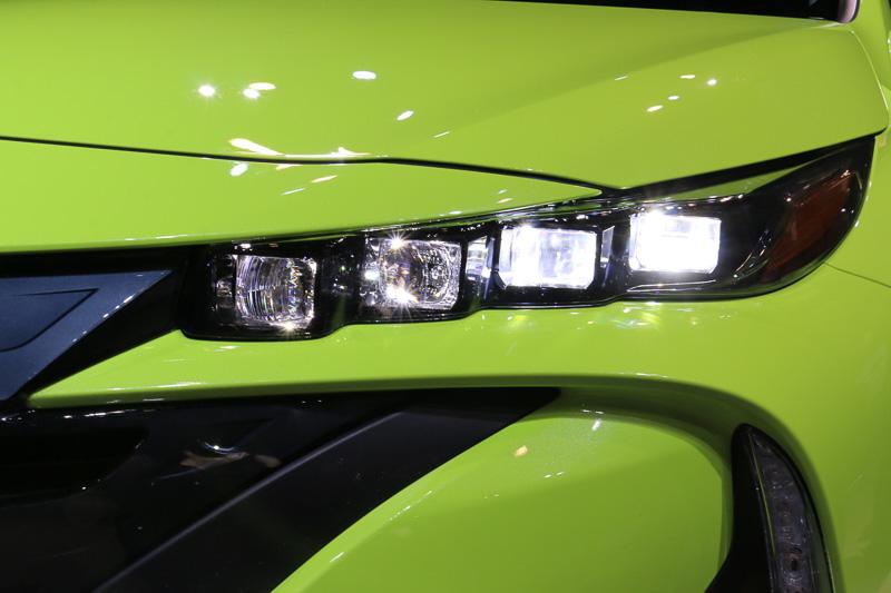 FCV(燃料電池車)「MIRAI」と共通イメージでデザインされたフロントマスク。4灯式LEDヘッドライトは全車標準装備