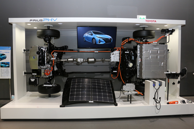最高出力72kW(98PS)/5200rpm、最大トルク142Nm(14.5kgm)/3600rpmを発生する直列4気筒DOHC 1.8リッターエンジンを搭載。駆動用バッテリーはラゲッジスペースのフロア下に搭載する