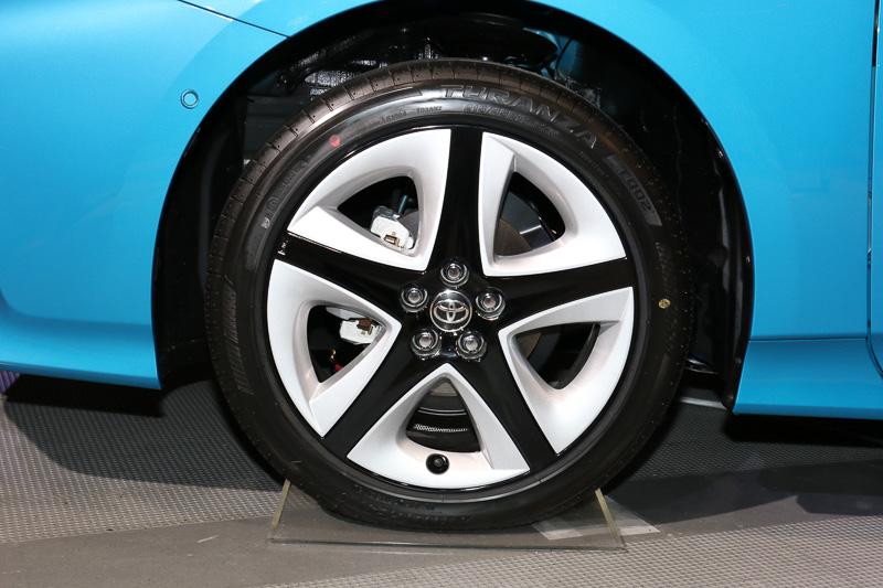 純正装着(左)のタイヤサイズは195/65 R15、A系グレードにはオプション装備(右)で215/45 R17のタイヤ&ホイールを用意する
