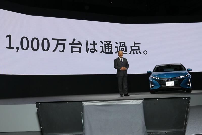 1997年12月の初代「プリウス」発売後、エコカーであるハイブリッドカーを普及させるべく、トヨタがラインアップするカテゴリーに広く搭載車を設定してきたと内山田氏は紹介。しかし、ハイブリッドカーの累計販売1000万台達成は通過点であると語った