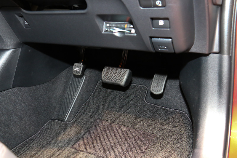 センターコンソールのシフトセレクター左側に、「EV/HVモード切替スイッチ」「ドライブモードスイッチ」などを設定。右側の「P」ボタンはパーキングギヤのボタン。パーキングブレーキは足踏み式