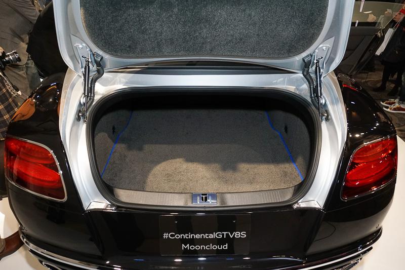 トランク内。カーペットにKlein Blueのコントラストバインディング