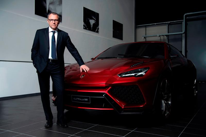 「ウルス」のコンセプトモデルとアウトモビリ・ランボルギーニ社長兼 CEOのステファノ・ドメニカリ氏