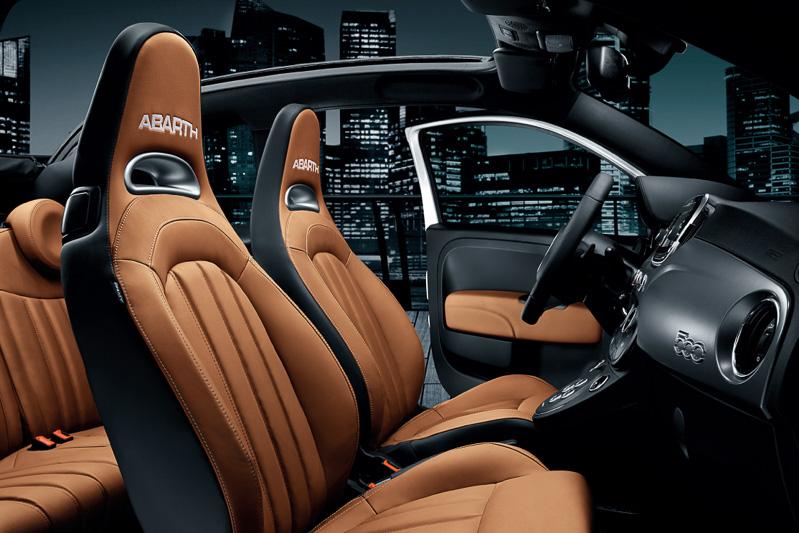 ヘッドレスト一体型のスポーティな形状のシートを採用。新色のBianco Iridatoのシートカラーはブラウンとなり、このほかにボディカラーとの組み合わせでブラック、レッドも用意されている