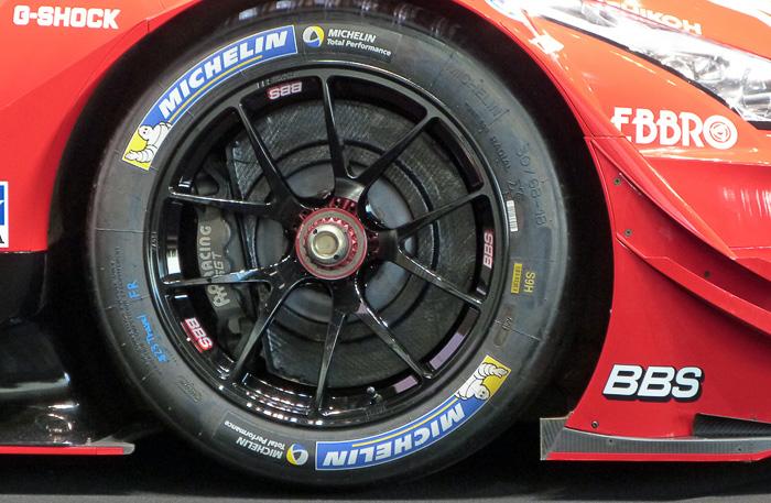 1ピースアルミ鍛造ホイール「RI-A」。写真左は市販版、右はレーシングホイール版