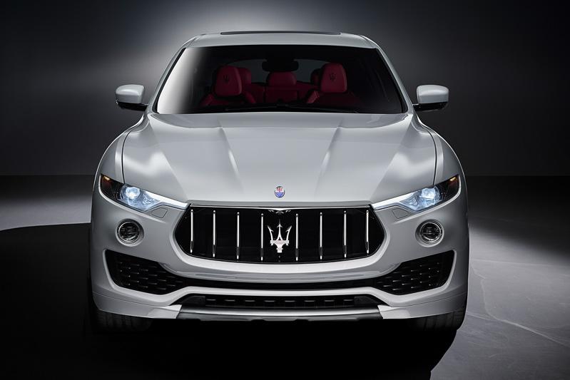 既存モデルにも搭載されている5+1段階に車高を変化させる「エア・スプリング・サスペンション」などによるオフロードでの走破性に加え、0-100km/h加速6.9秒、最高速230km/hのオンロードパフォーマンスも発揮する