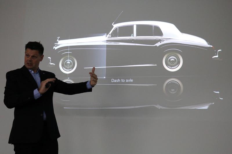 ロールス・ロイスのクラシックカーを例に挙げ、フロントホイールの中心からAピラー付け根までの距離が長いことが高級感を演出する重要な要素であると解説