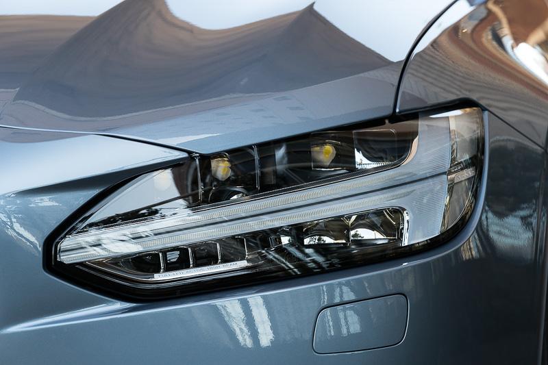 ヘッドライトを上下に2分割する「トールハンマー」と呼ばれるクリアランスランプを採用。全車でLEDヘッドライトを標準装備する