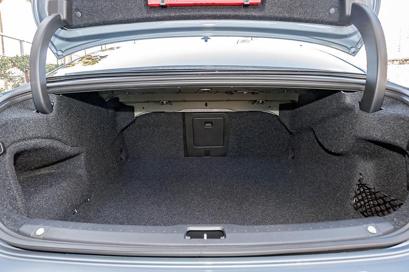 S90のトランク。中央部分にスキー板などを通過させるトランクスルーを用意する