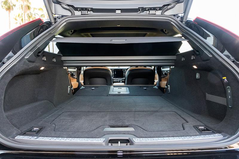 V90のラゲッジスペース。容量は通常時の560Lからリアシートを前方に倒したフルラゲッジ状態の1526Lまで拡大可能