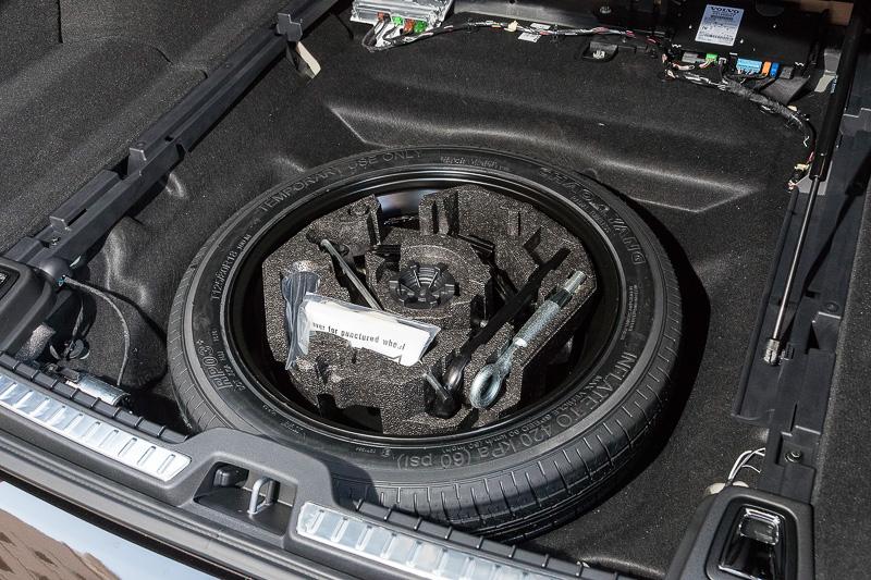 フロア下にスペアタイヤを標準装備