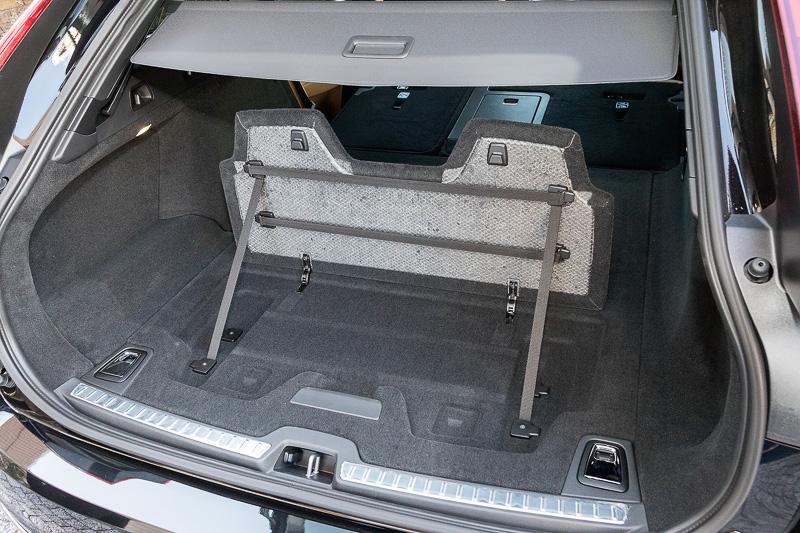 フロアからボードを立てることでラゲッジスペースを前後に分割できる「グロサリーバッグ・ホルダー」はワゴンモデルならではの装備。グロサリーバッグ・ホルダーの背面やラゲッジスペース側面などに荷物を固定するゴムバンドを設定している