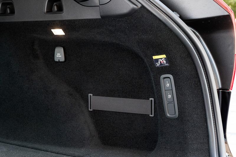 ラゲッジスペースの向かって右側に電動可倒式バックレストの操作スイッチを備える