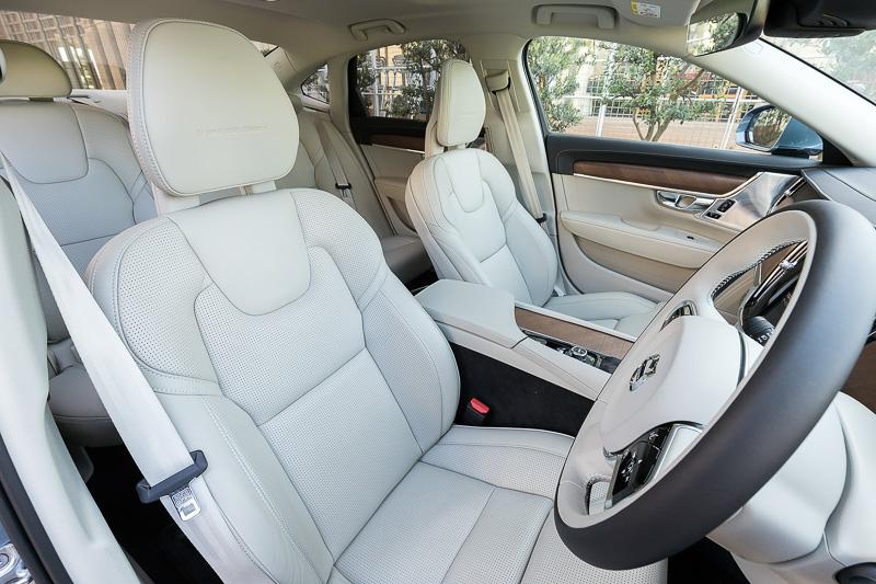 S90 T6 AWD Inscriptionのインテリア。内装色とシート色はブロンドで、シート表皮はパーフォレーテッド・ファインナッパレザーを採用する