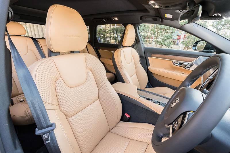 V90 T6 AWD Inscriptionのインテリア。内装色はチャコールでシート色はアンバー。シート表皮はパーフォレーテッド・ファインナッパレザーを採用。V90ではS90と同じブロンドの内装色のほか、ボディカラーとの組み合わせでチャコールも用意されている