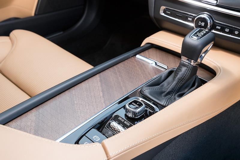 センターコンソールに備えるダイヤルを回転させてエンジンを始動させる独自のスタイル。同じくダイヤル操作となるドライブモードは、「Eco」「Comfort」「Dynamic」の3種類でエンジンやトランスミッション、ステアリングの操作レスポンスを変更できる