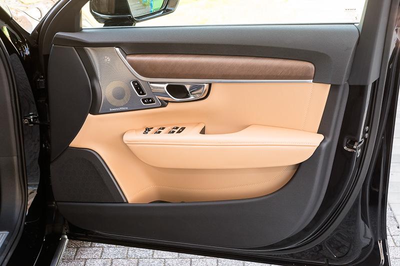 V90 T6 AWD Inscriptionのドアトリム。オプション装着となる「Bowers&Wilkinsプレミアムサウンド・オーディオシステム」は45万円高