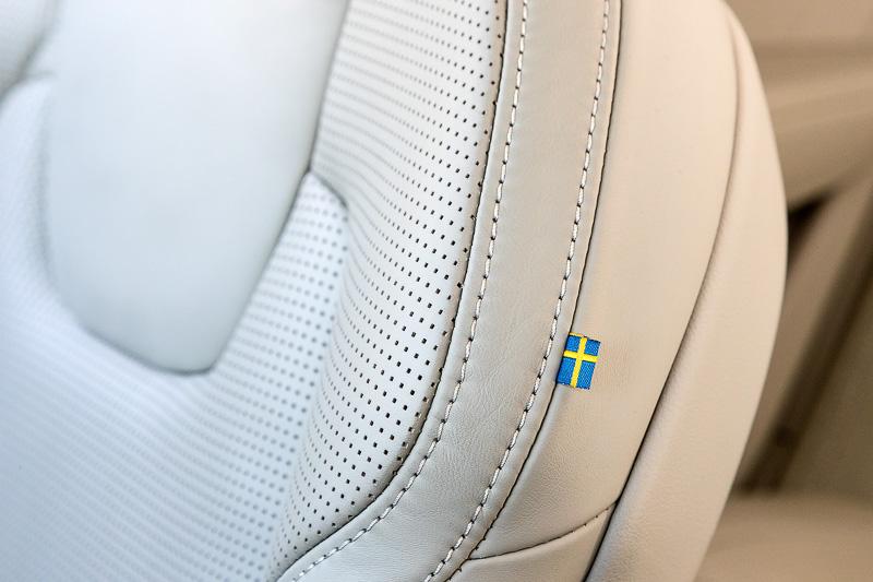 シートの肩口にスウェーデン国旗があしらわれている