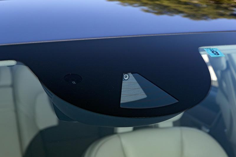 フロントウィンドウに設置する、高解像度カメラとミリ波レーダーを組み合わせた「ASDM(アクティブ セーフティ ドメイン マスター)」。従来使っていたカメラから解像度が4倍になり、赤外線レーザーを使わなくても従来以上の検知能力を発揮する