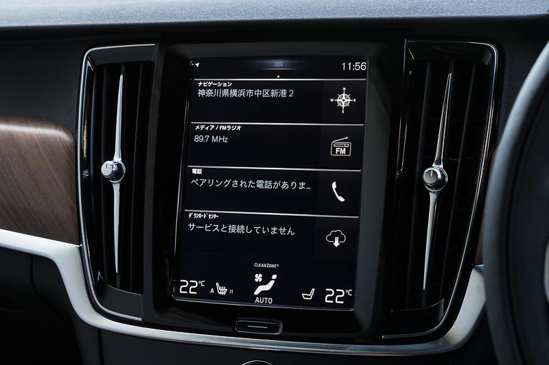 タブレットを意識したという縦型の9インチ・センターディスプレイ。さまざまな機能をタッチパネルで操作可能で、センターコンソールの物理的なスイッチやボタンの数を8個に集約したことをアピールしている