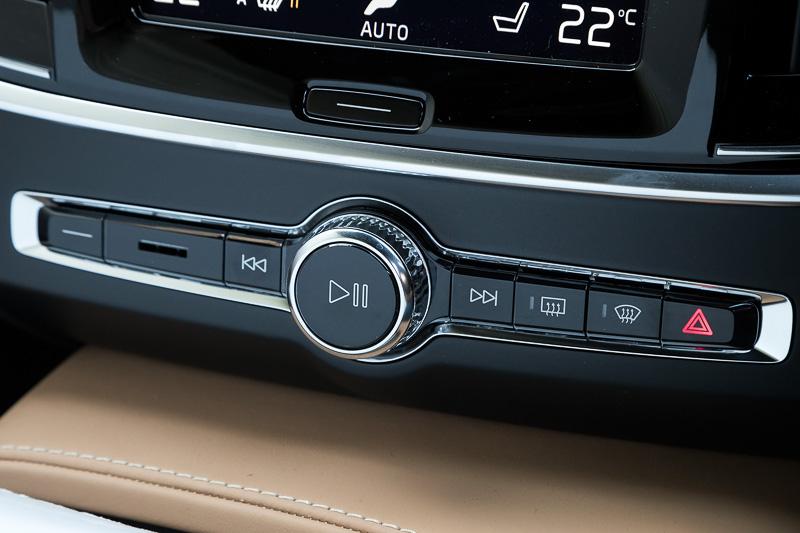 オーディオのボリュームなどは物理的なスイッチとダイヤルで操作できる