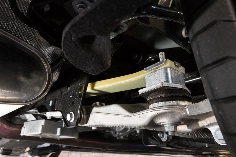 コイルスプリングではなく、グラスファイバー複合素材で構成するリーフスプリングを横向きに配置し、左右のタイヤを接続した「インテグラル・アクスル」をリアサスペンションに採用