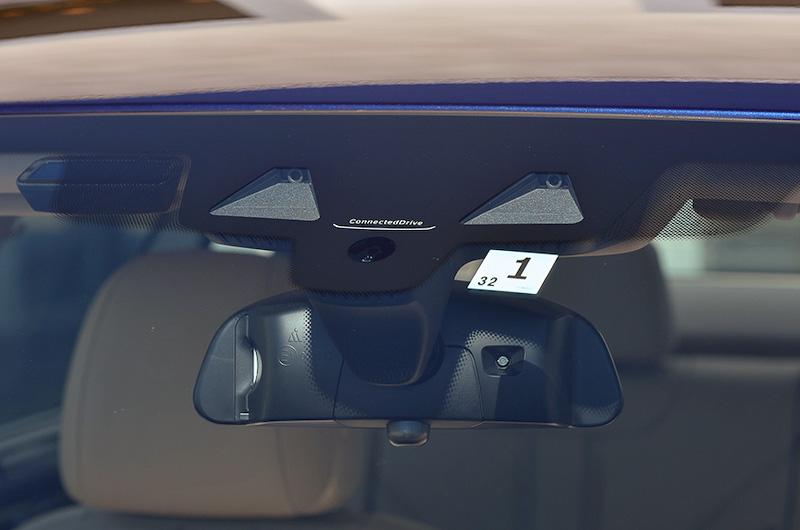 新型5シリーズでは2つのステレオカメラ、ミリ波レーダーを前方に3基、後方に2基装備することで部分自動運転を可能にする「ドライビング・アシスト・プラス」を採用。ACC(ストップ&ゴー機能付)やレーン・ディパーチャー・ウォーニング、衝突回避・被害軽減ブレーキに加え、高速走行時に車線の中央付近を走行しやすいようにサポートする「ステアリング&レーン・コントロール・アシスト」、センサーが車両側面を監視し、隣車線から自車の車線に入ってくるなど側面衝突の危険性が高まった場合にステアリング操作に介入して衝突を回避する「アクティブ・サイド・コリジョン・プロテクション」といった新機能が盛り込まれた